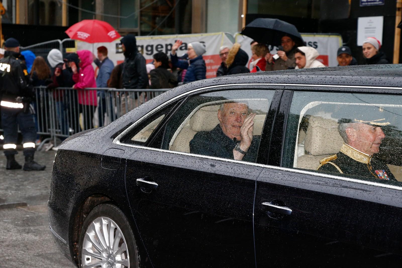 Kortesjen med biler i Karl Johans gate på vei til festmiddagen i operaen i anledning kongeparets 80-årsdager.