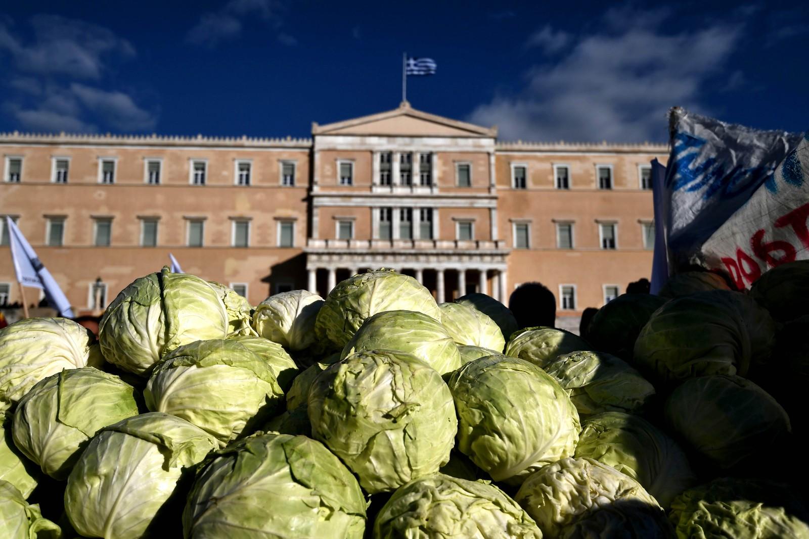 Greske bønder tok med en haug med kålhoder som en protest mot økte skatter.