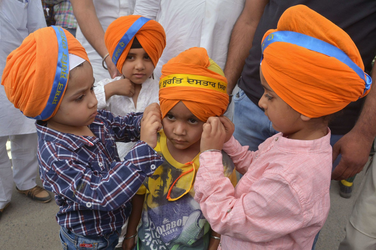 TURBAN: Unge indiske sikher pynter turbanen før et opptog i Amritsar i India torsdag. Marsjen ble arrangert for å feire sikhismen over alt i verden.