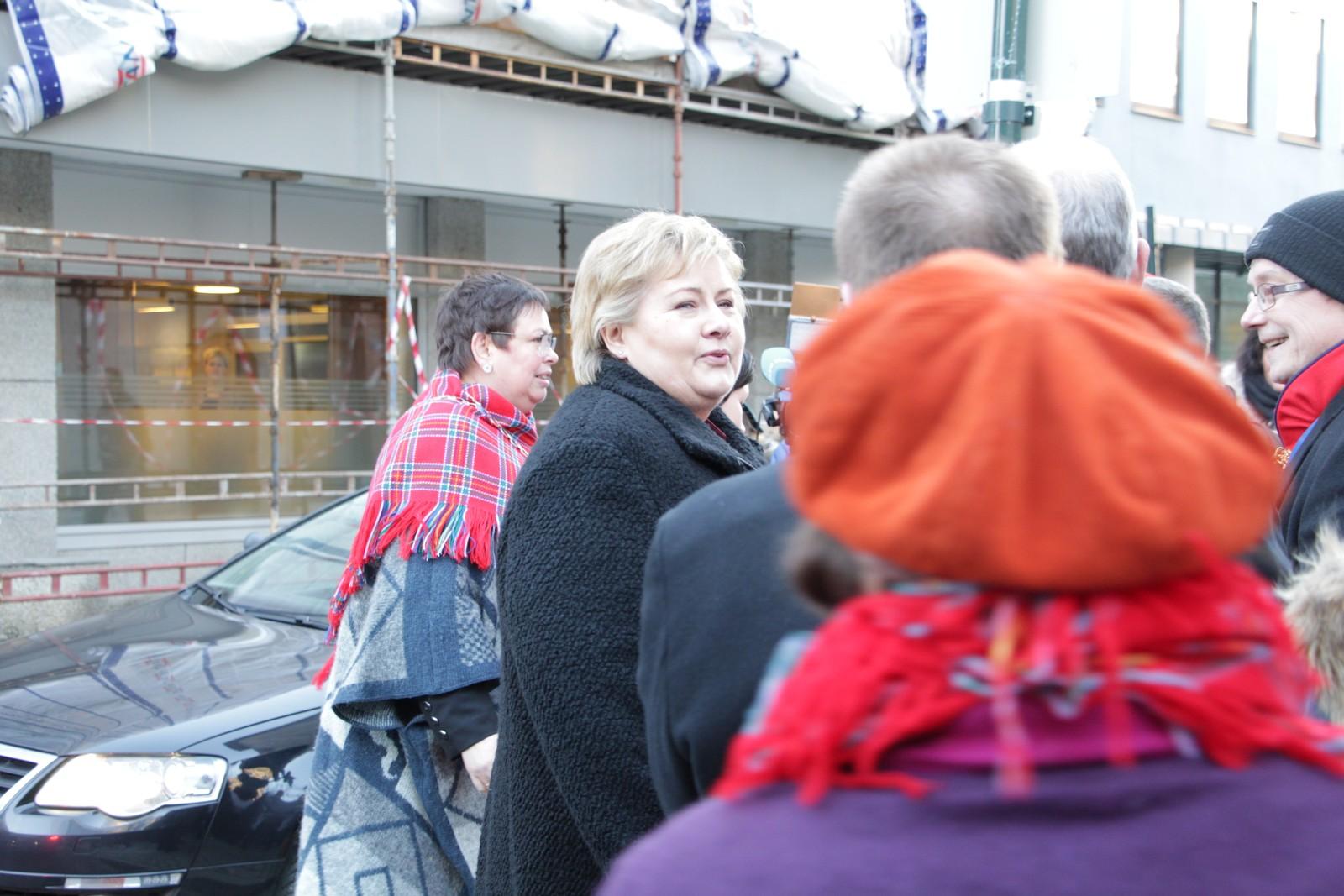 Trondheimsordfører Rita Ottervik (Ap) ankommer Metodistkirken sammen med statsminister Erna Solberg (H).