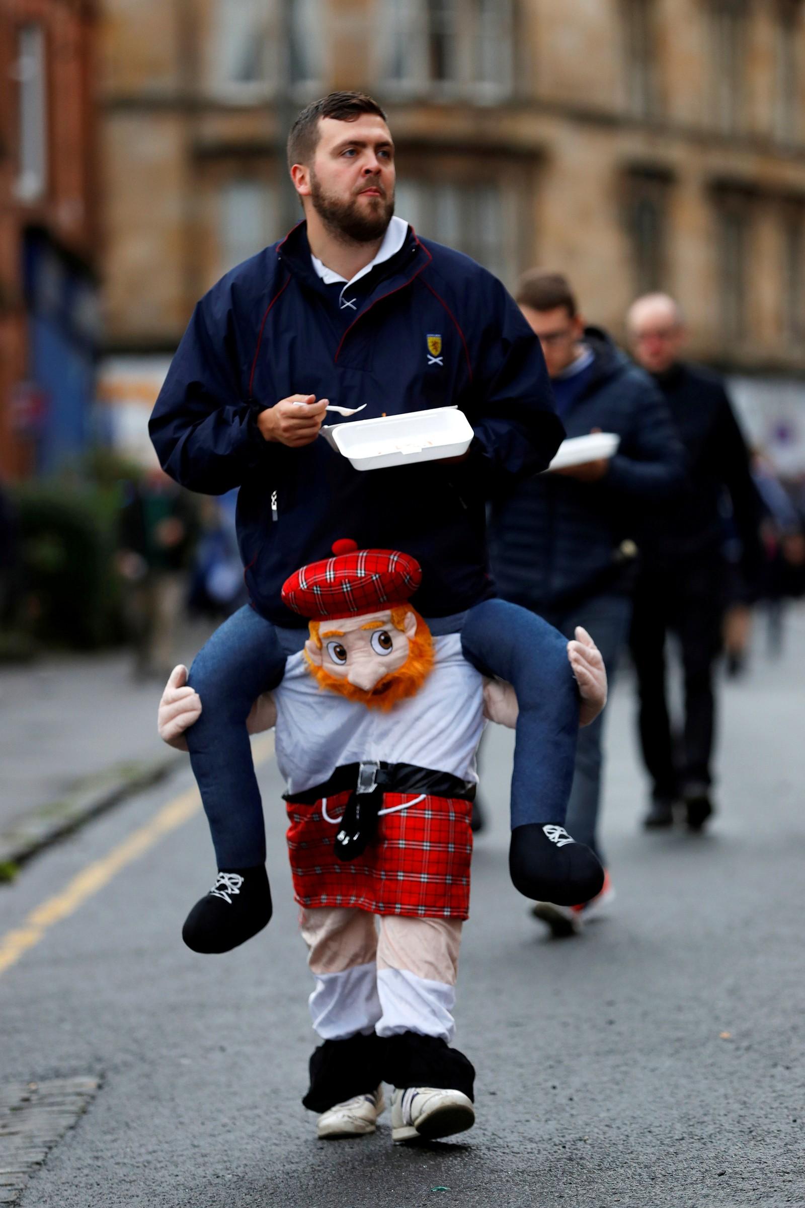 """""""En venn er en gave du gir til deg selv"""", skrev den skotske forfatteren Robert Louis Stevenson. Disse vennene er på vei til fotballkampen mellom Skottland og Malta."""