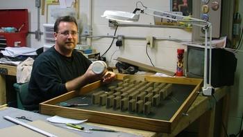 Mark Langan er ingen pappskalle. I stedet for å kaste pappeskene sine i papirsøpla har den kreative 50-åringen brukt materialet til å skaffe seg en kunstkarriere.