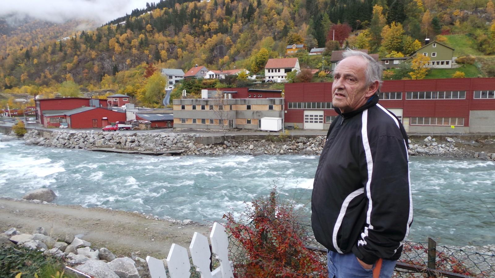 Verner Eide speidar utover nabolaget som forsvann i fjor.