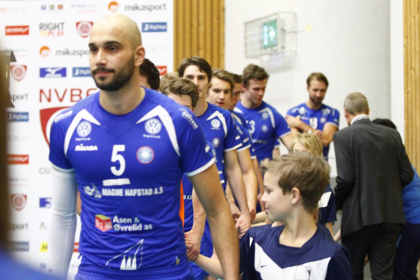 START: I sin fjerde cupfinale med Førde, leia Mathias Loftesnes laget inn på bana.