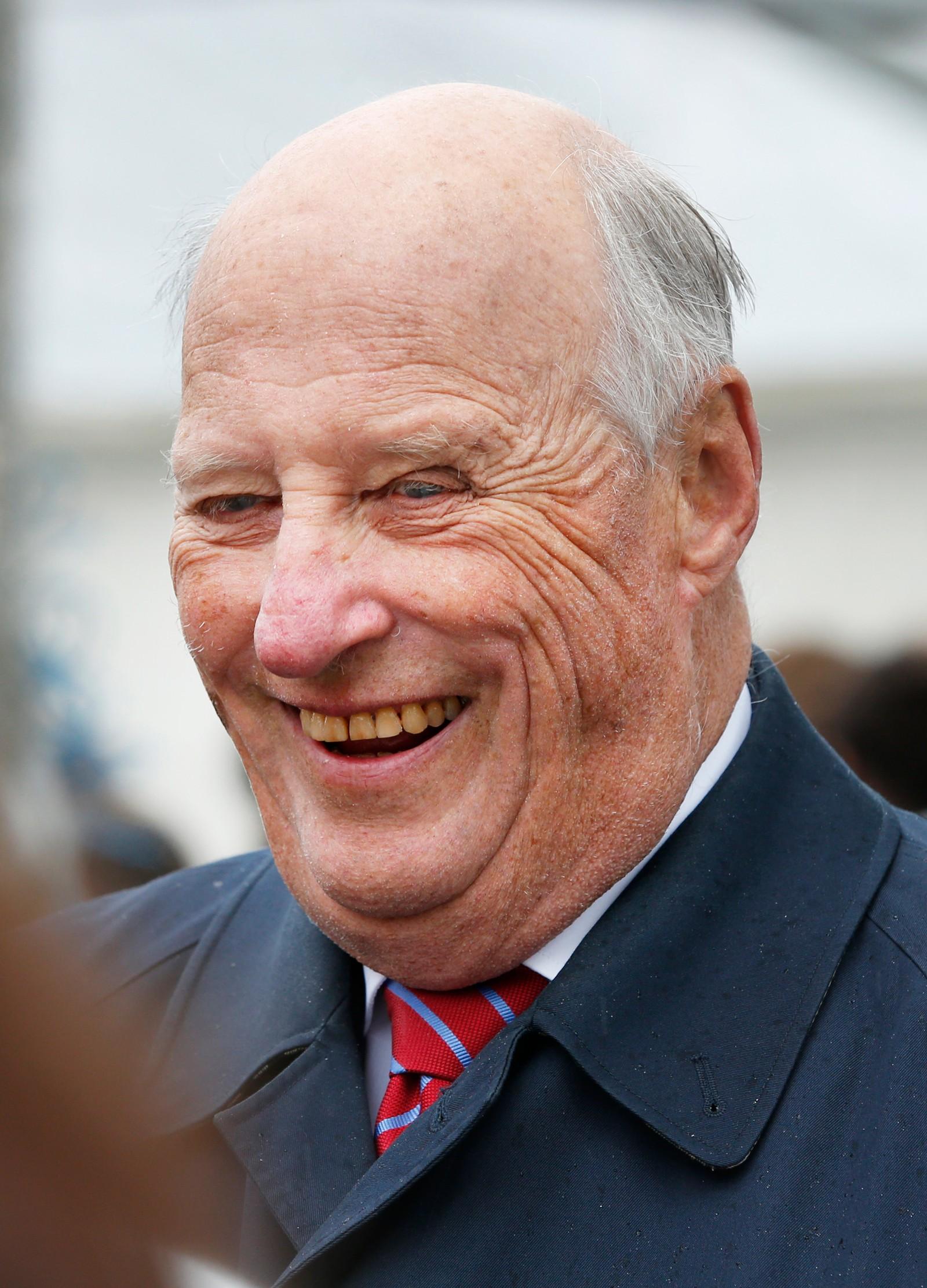 """Kong Harald under kongeparets hagefest for 300 inviterte gjester på """"Skansen"""" i Tromsø lørdag. Reisen inngår som en del av markeringen av Kongeparets 25-årsjubileum. Foto: Lise Åserud / NTB scanpix"""