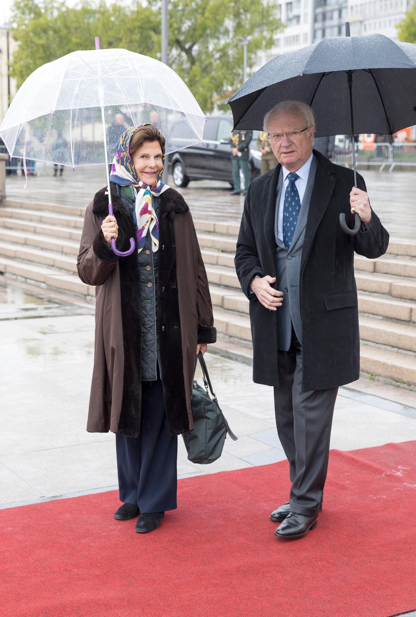 Kong Carl Gustaf og dronning Silvia av Sverige ved avreise fra honnørbrygga i Oslo på tur til lunsj på Kongeskipet Norge onsdag.