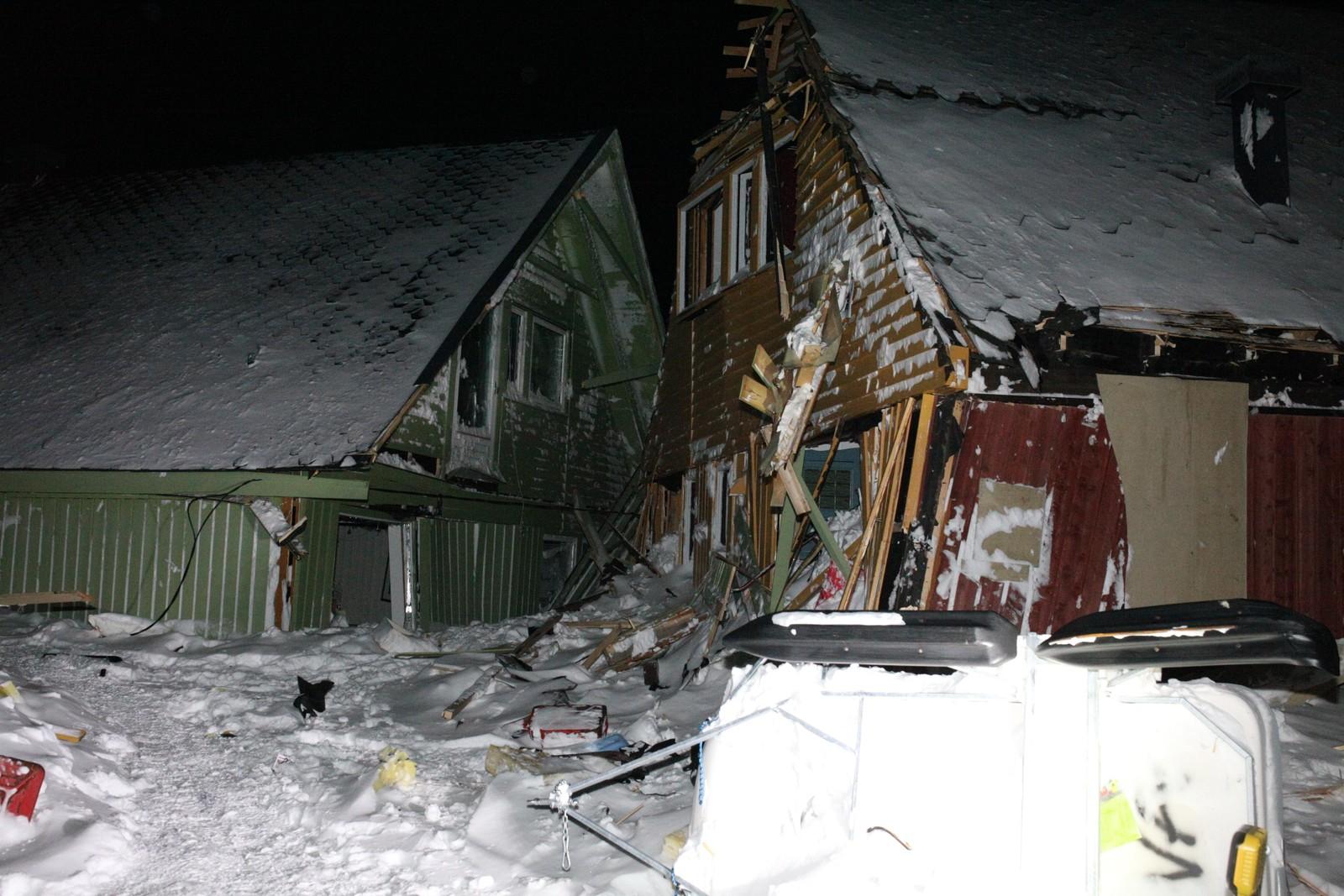 Ødelagte hus etter snøskredet.