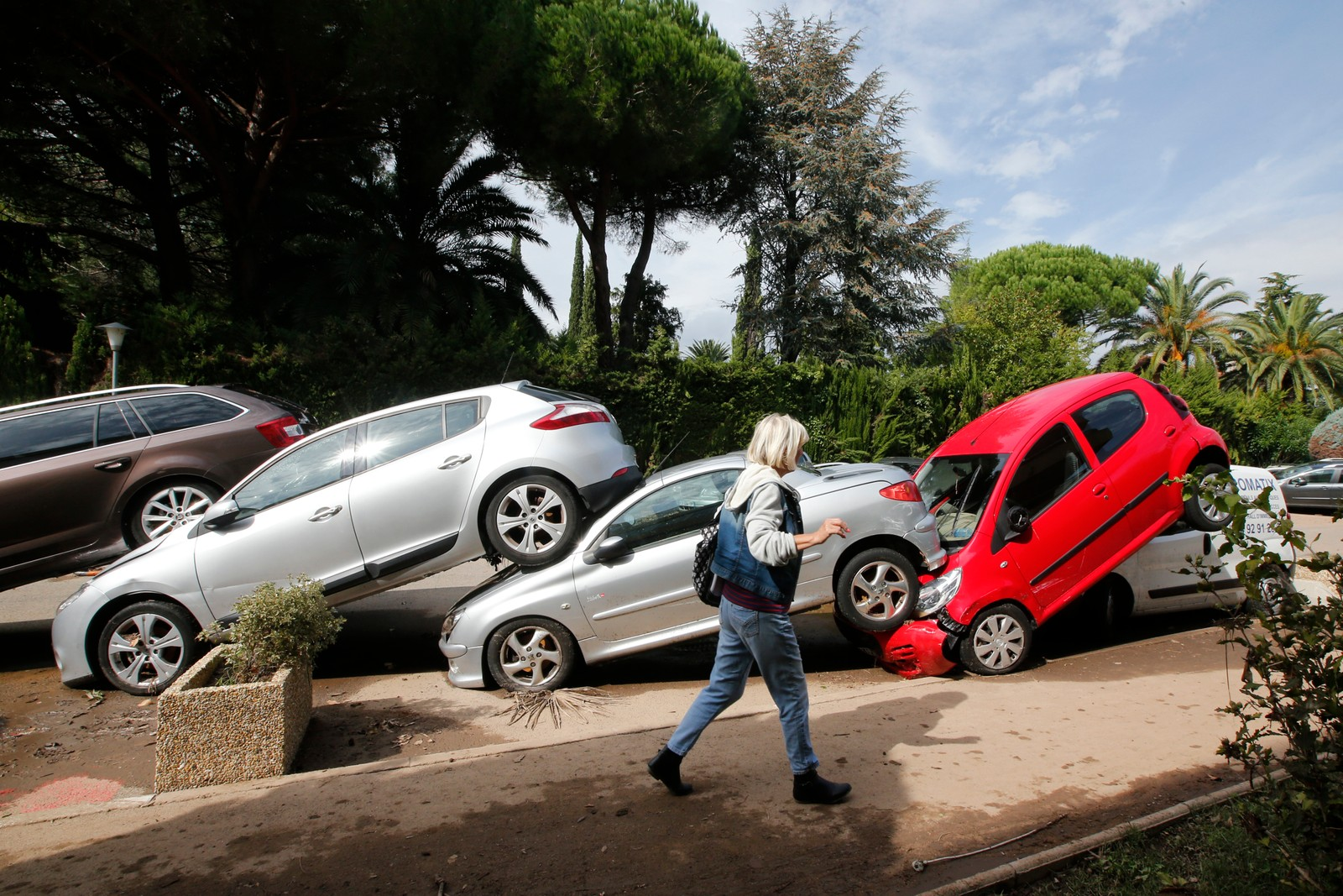 Kraftig uvær med enormt store regnmengder skapte flomkaos i franske Mandelieu-La Napoule denne uka. I Cannes-regionen kom det over 170 mm nedbør i løpet av to timer. Minst 16 mennesker har mistet livet i forbindelse med uværet i Frankrike.