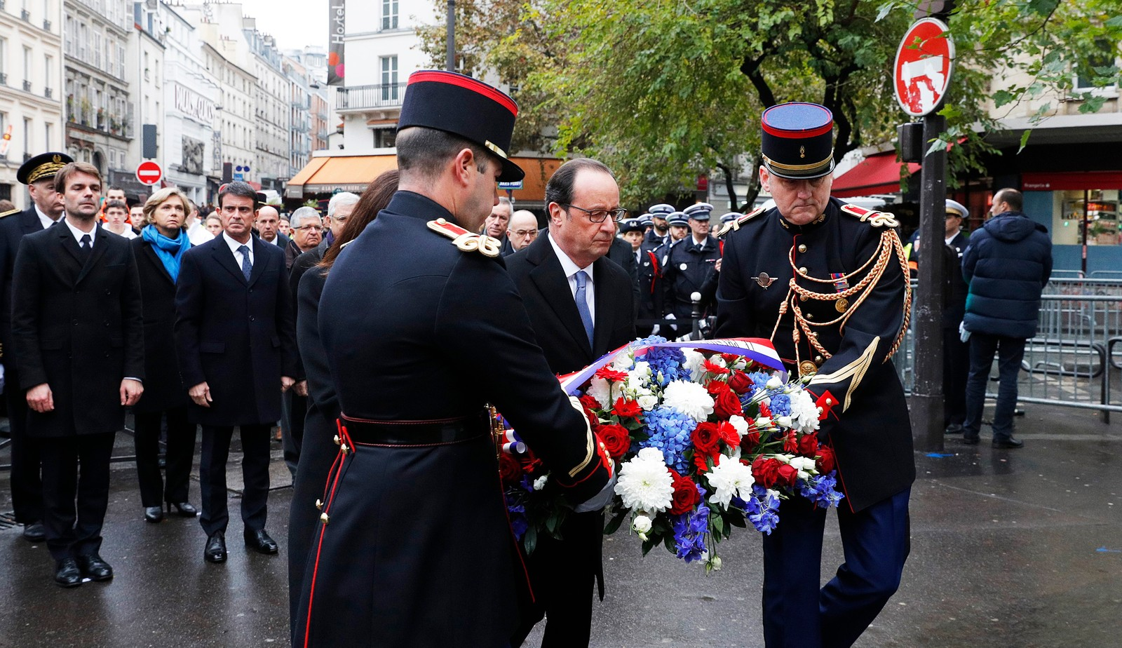 """President Francois Hollande og Paris-ordfører Anen Hidalgo legger ned krans ved kafeen """"A La Bonne Biere""""."""