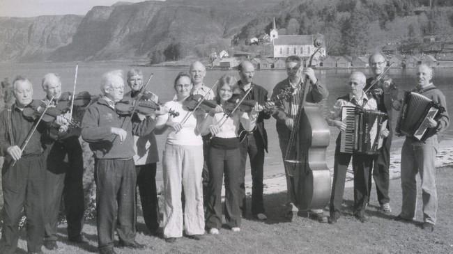 Austrheim Musikklag vart stifta i 1916 og er framleis i sving, på dette biletet frå 2007 på oppdrag i Selje. Foto: Kjell Thue.