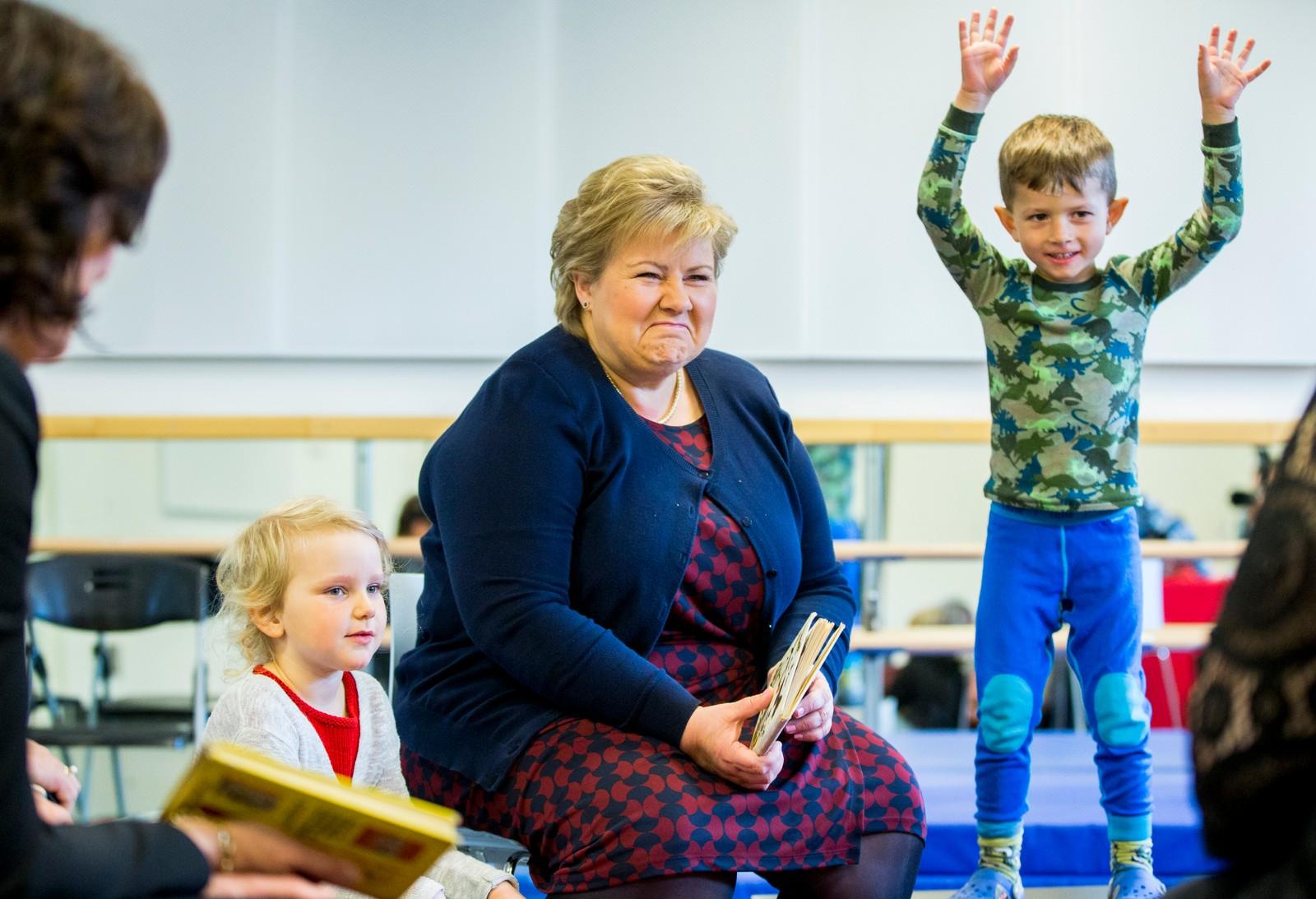 Statsminister Erna Solberg sammen med Mari (t.v.) og Liam (t.h.) da hun besøkte Thor Olsen barnehage på Torshov i Oslo torsdag.
