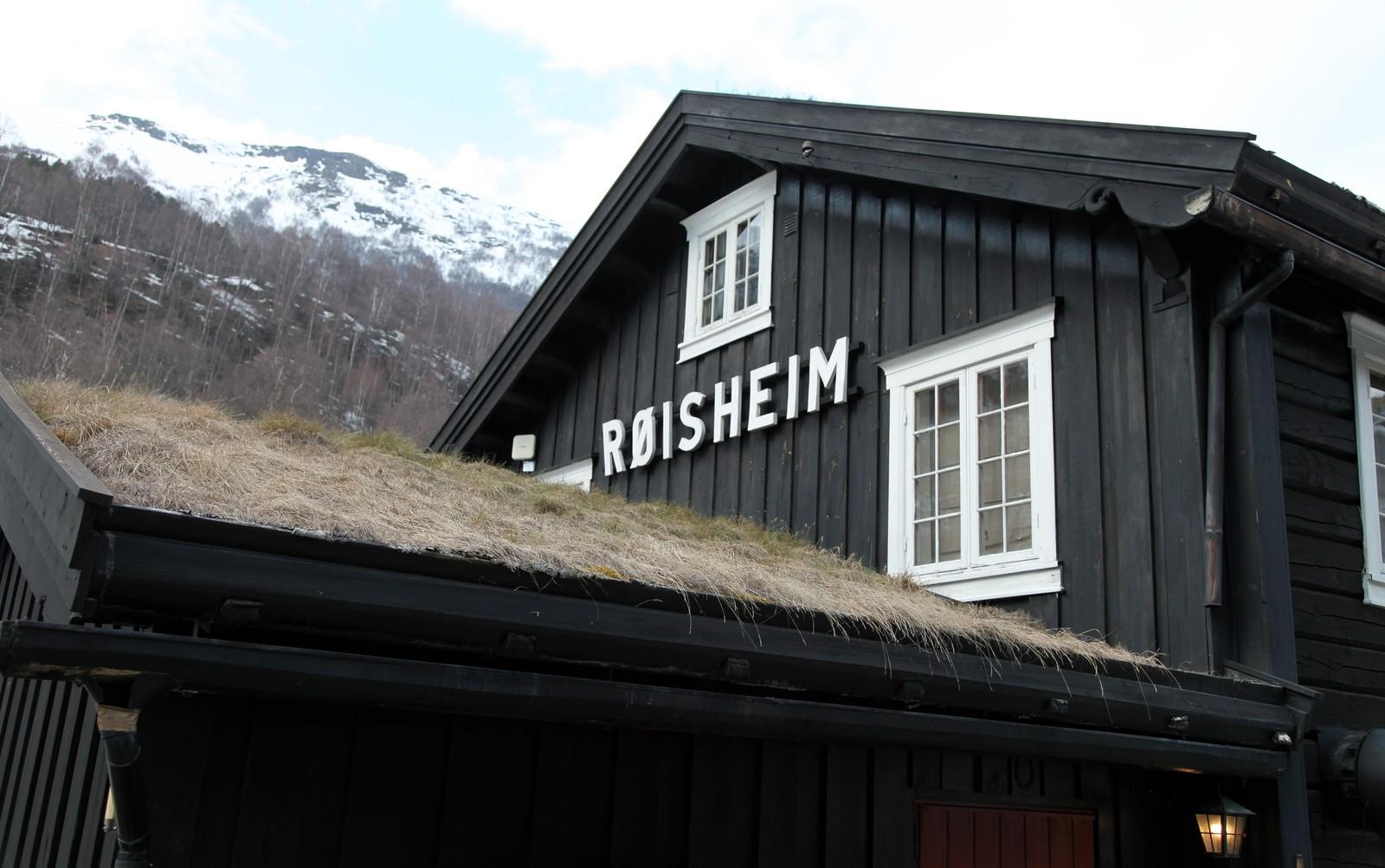 """Det gamle hotellet midt i Bøverdalen har tilbudt mat og hvile til reisende siden de første turistene kom til Norge. Tidligere Kripos-etterforsker, nå lensmann i Lom, Sylfest Seljestad i """"Død manns kiste"""" tar inn her."""