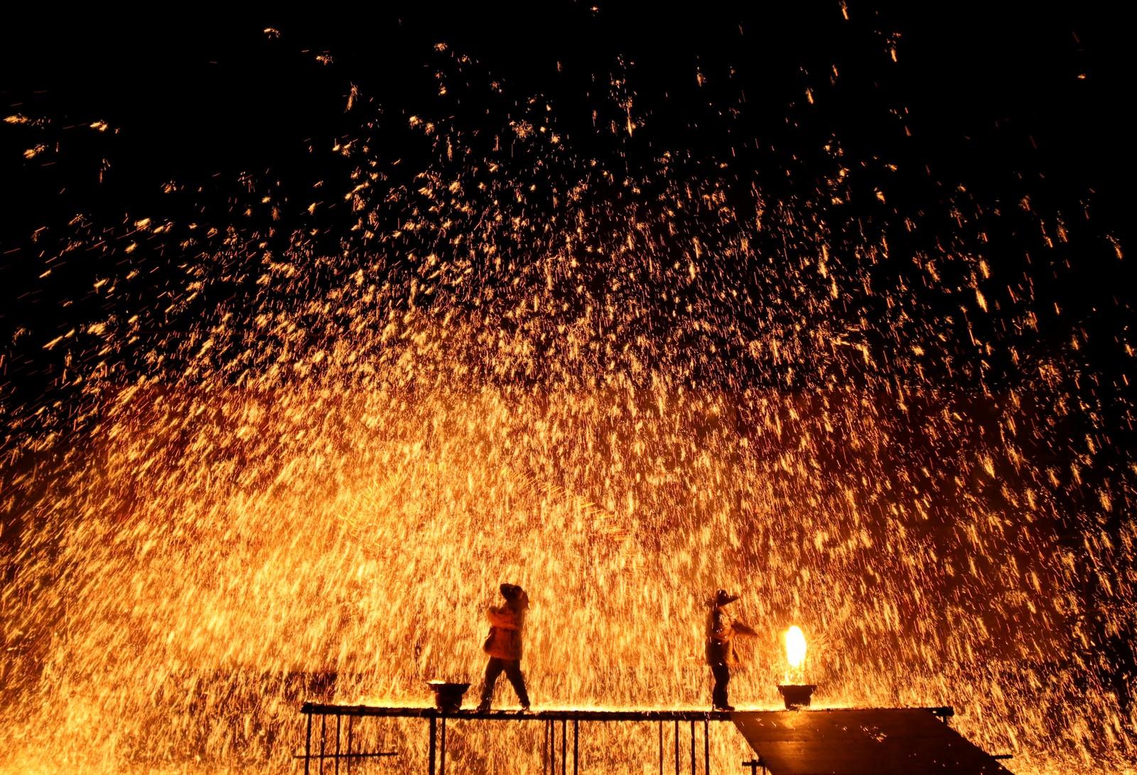 Drager og ild hører sammen. På dragebåtfestivalen i Hebei-provinsen i Kina ble smelta jern brukt i en performance denne uka.
