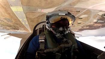 Her henger jagerflypilot Eskil Amdal opp ned og veier 720 kg rett over flyplassen i Bodø.