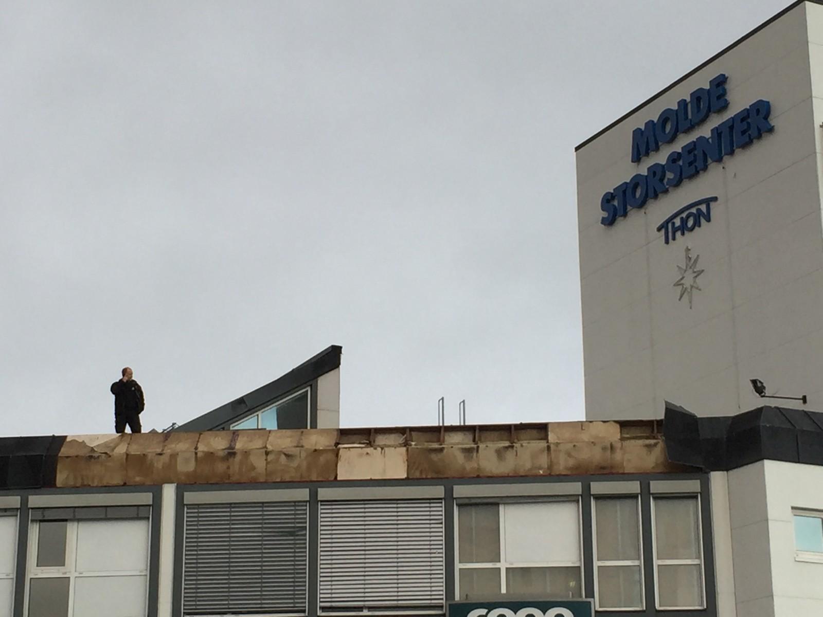 Ekstremværet tok hos takplater av Molde storsenter.