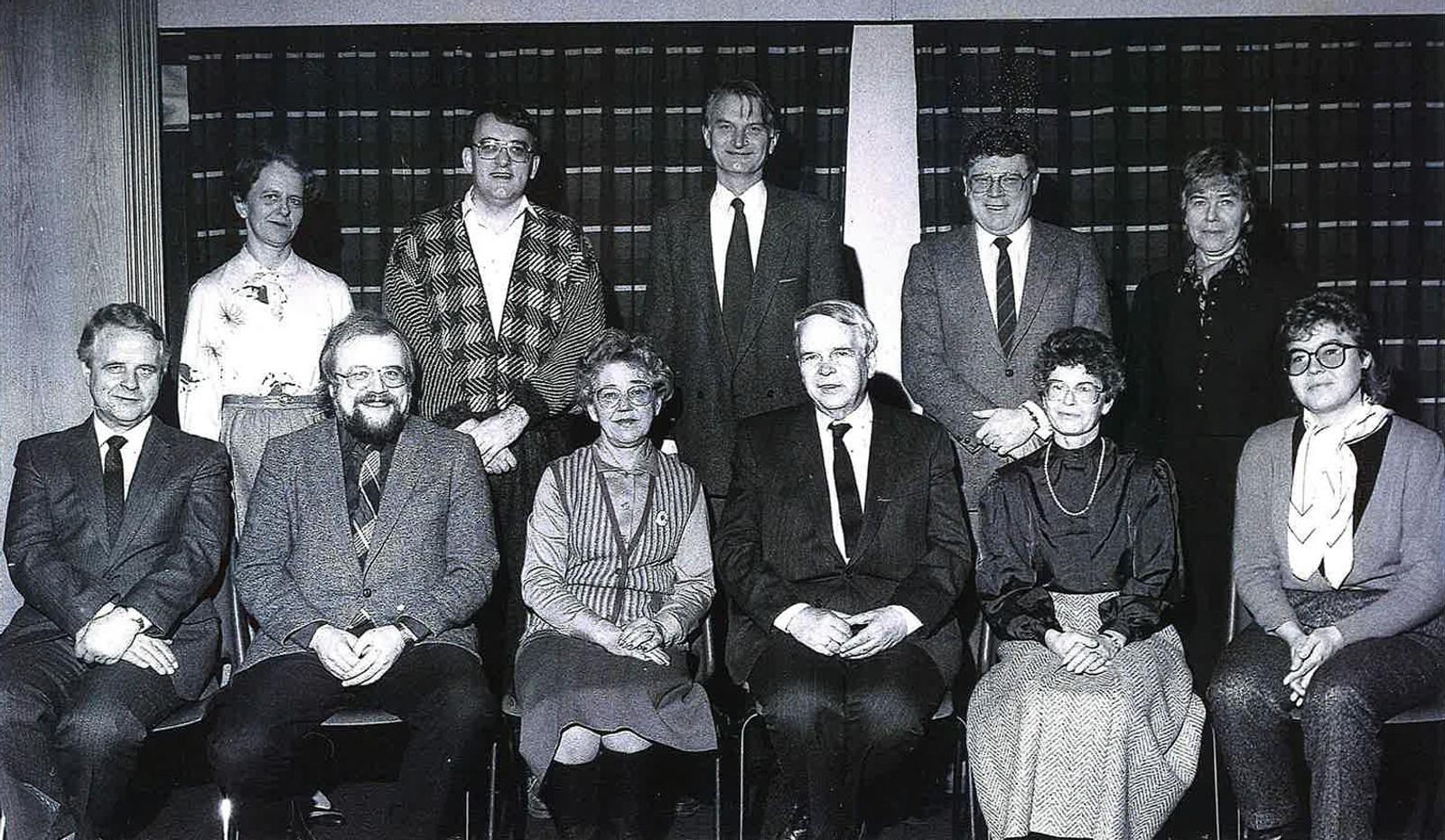 Kringkastingsrådet - Programutvalg 1 - 1986 - 1989: Sittende fra venstre: Jens Vetland, Rolf Berg, Astrid Murberg Martinsen, helge Seip, Tove Berntzen og Solveig Kleven. Stående fra venstre: Berit Oppegaard, Jack Djupvik, Fritjof Frank Gundersen, Per Brunvand, Kari Heir.