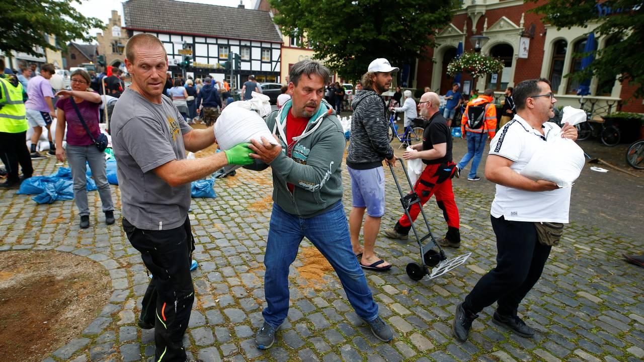 Folk i Erftstadt hjelper til med oppryddingen.