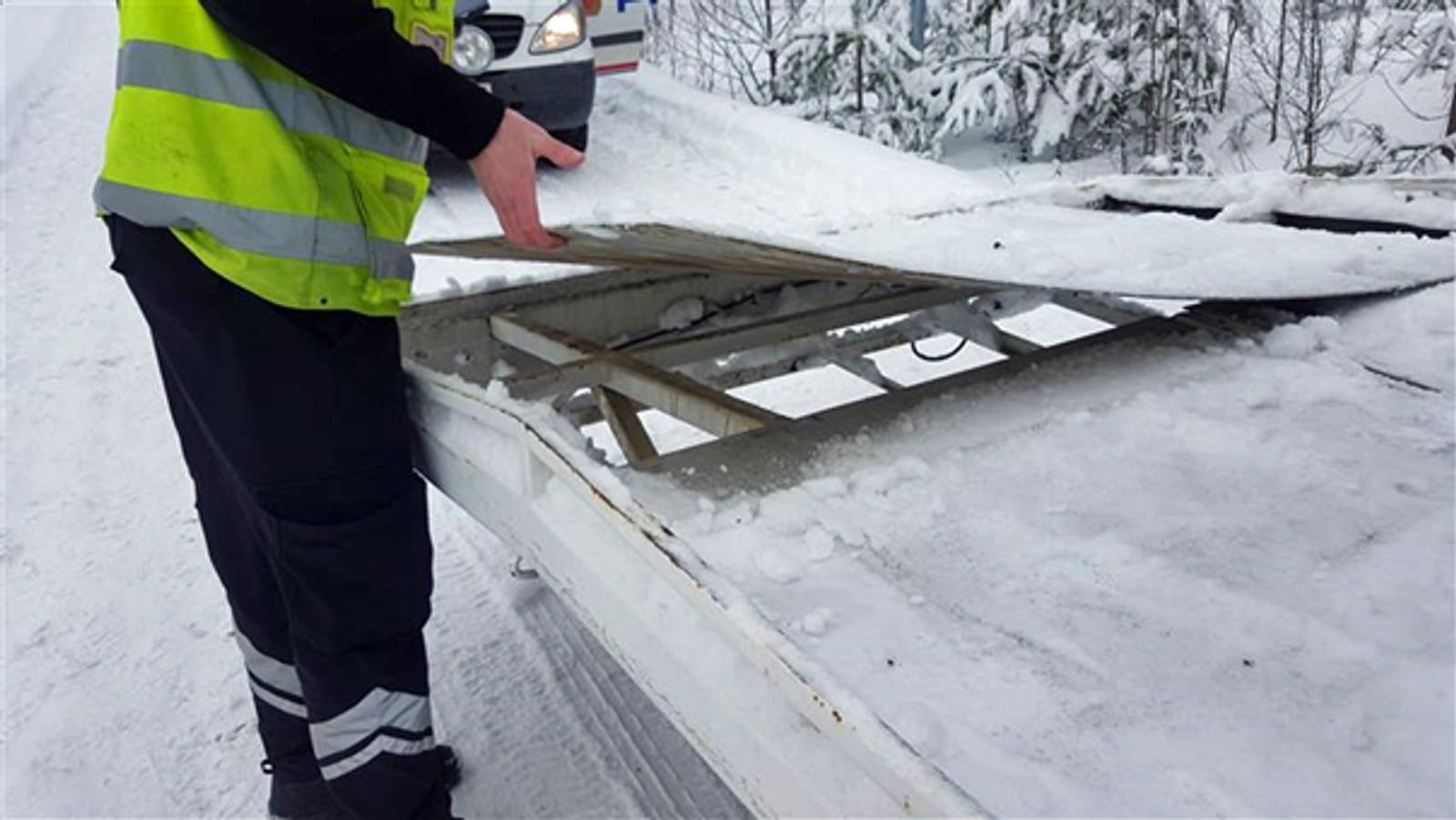 Det var løse plater oppe på hengeren under snøen.