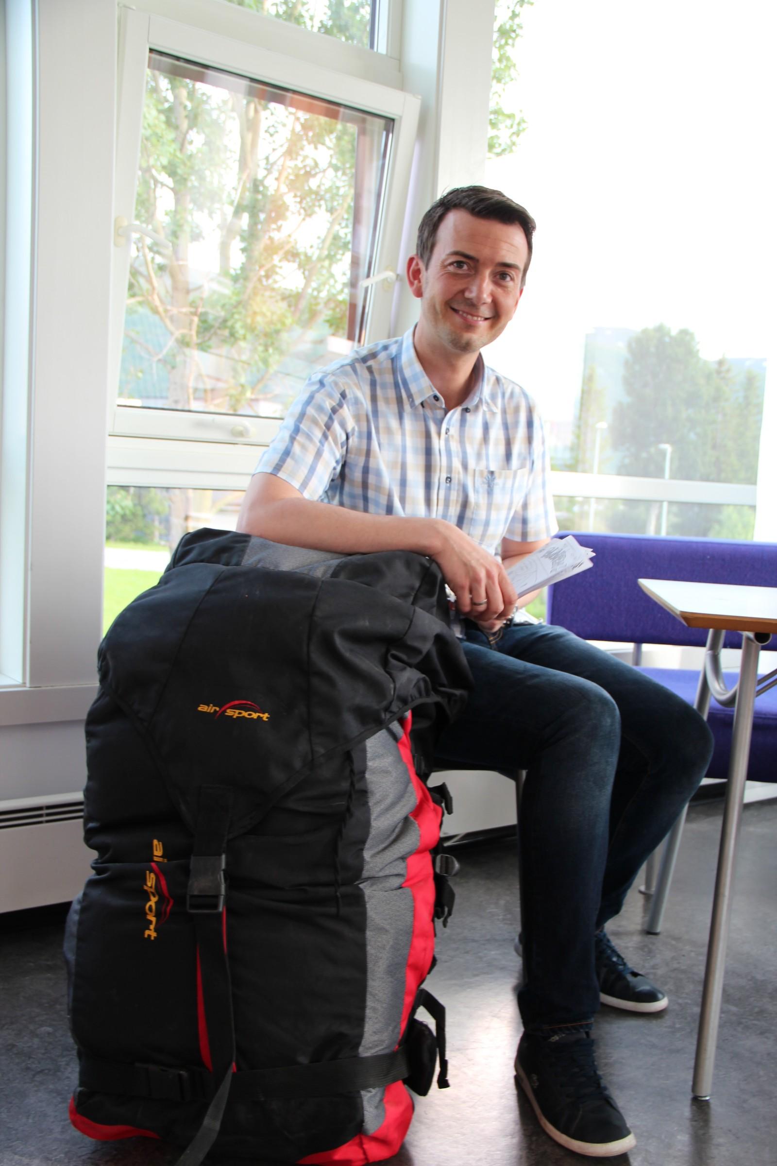 I 2006 var Kent Gudmundsen i en paraglider-ulykke der han knakk ryggen. under rehabiliteringen førte tilfeldighetene til at han møtte det som i dag er hans kone.