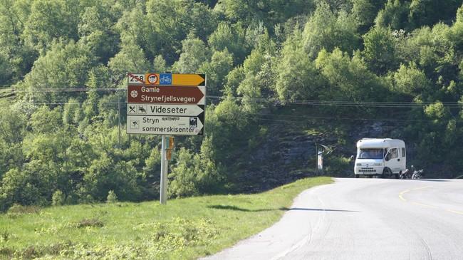 Skiltet som fortel at gamle Strynefjellsvegen har status som nasjonal turistveg. Foto: Ottar Starheim, NRK.