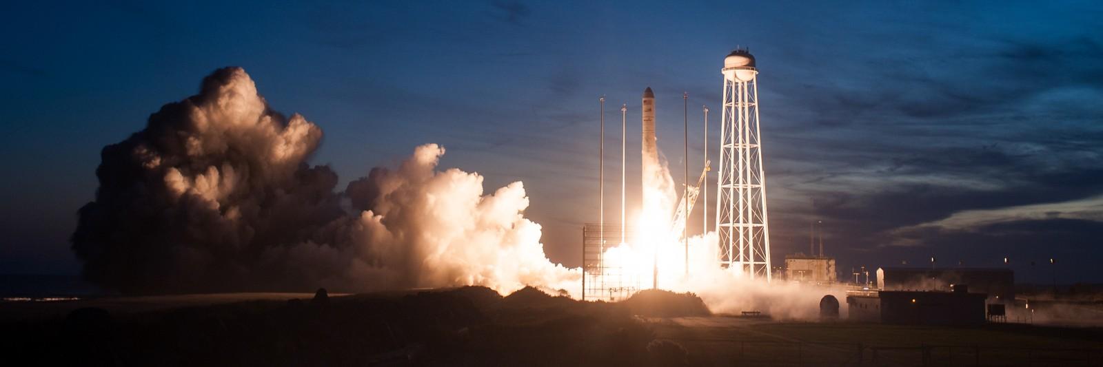 Mens raketten stiger opp fra oppskytningsrampen får datamaskinene ombord flere strømmer av data fra sensorer i motorene. Alt ser ut til å fungere optimalt.