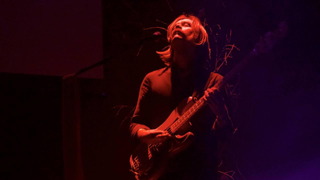 Bassist spiller solo i rødt lys