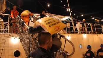 Rederiforbundet sitt skip blir lasta med hjelpeforsyningar
