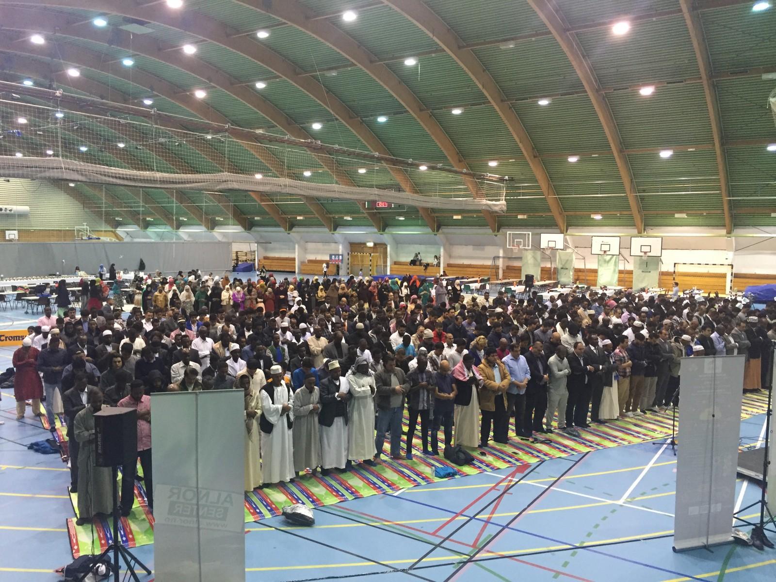 500 muslimer i Tromsø samlet seg i dag for å markere at fastemåneden Ramadan er over. Eid-feiringen ble innledet med fellesbønn i Tromsøhallen.