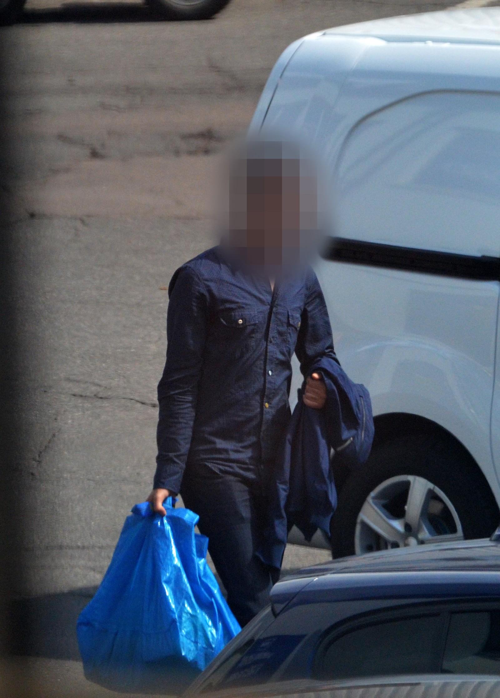 Her henter en 26 år gammel mann 10 kg hasj som har blitt kjørt ut fra hasj-containeren ved Lillestrøm. Overleveringen skjedde på en parkeringsplass med mye annen aktivitet sentralt i Oslo midt på dagen.