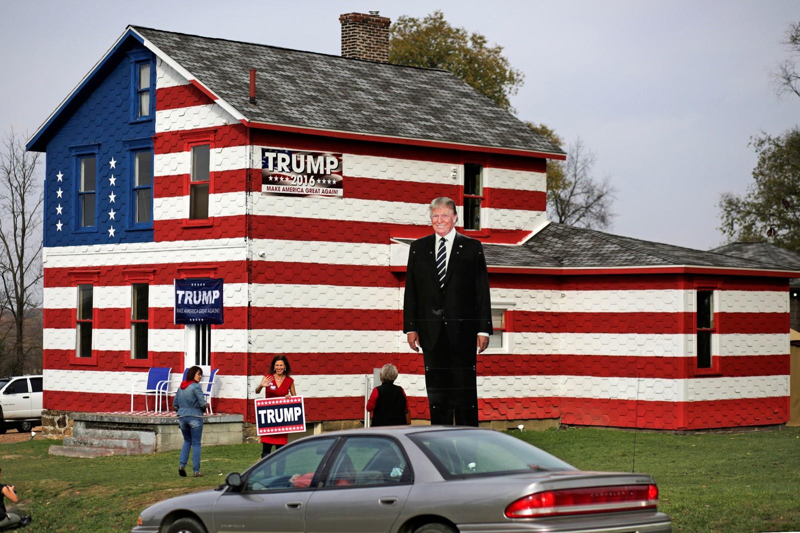 """Lisa Rossi står utenfor """"Trump-huset"""" sitt i Youngstown i Pennsylvania."""