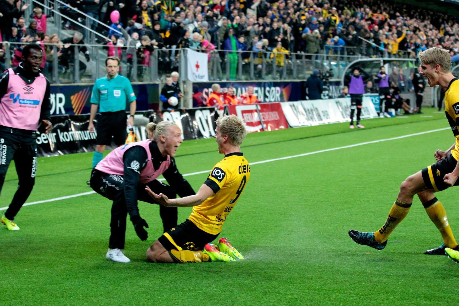 Starts Daniel Aase, på knærne, og Lars-Jørgen Salvesen jubler etter scoringen.