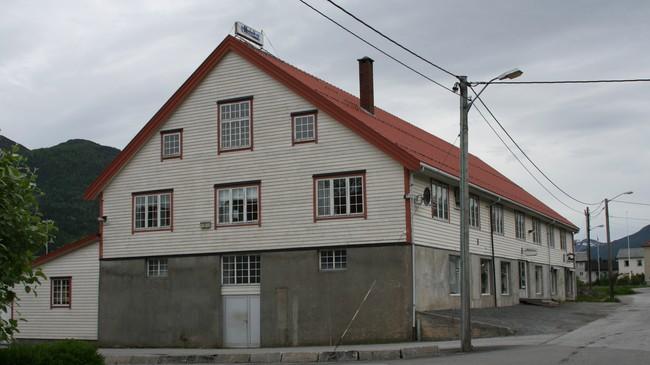Produksjonen heldt dei første åra til i Wiese-løa på Nordfjordeid. Foto: Ottar Starheim, NRK.
