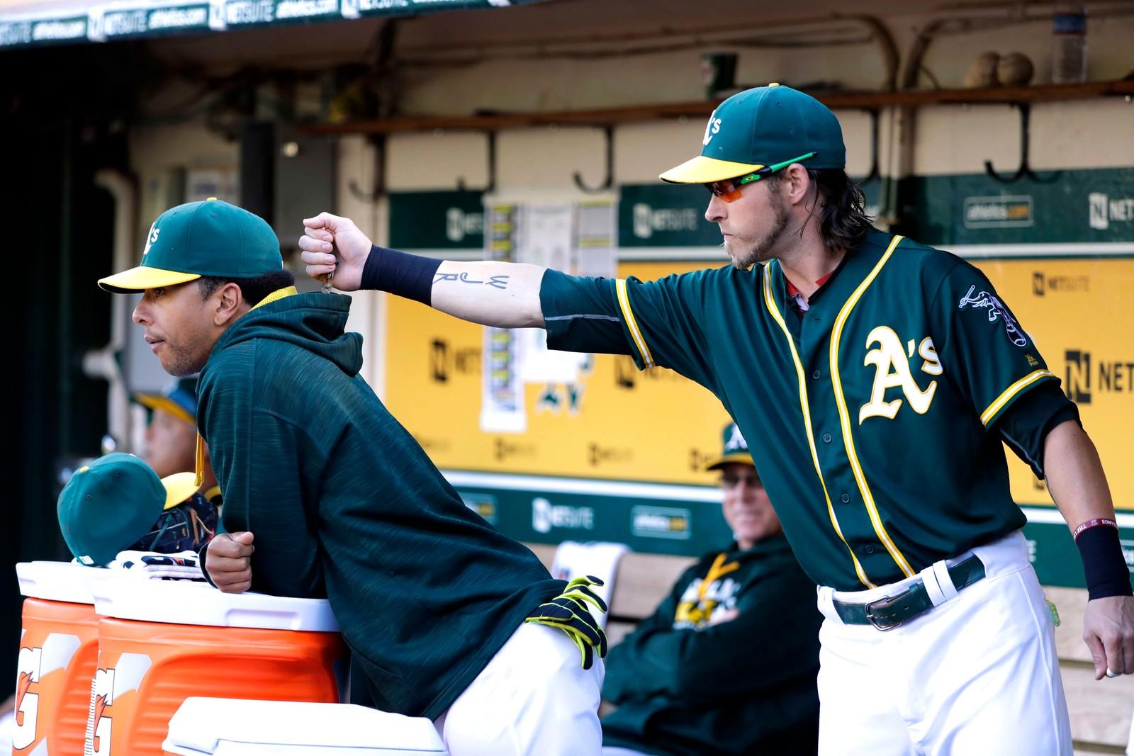 Baseballspøkefugl. Josh Reddick, som spiller for Astros Athletics, heller solsikkefrø i hetta til lagkameraten Tyler Ladendorf under en kamp mot Houston Astros den 18. juli.