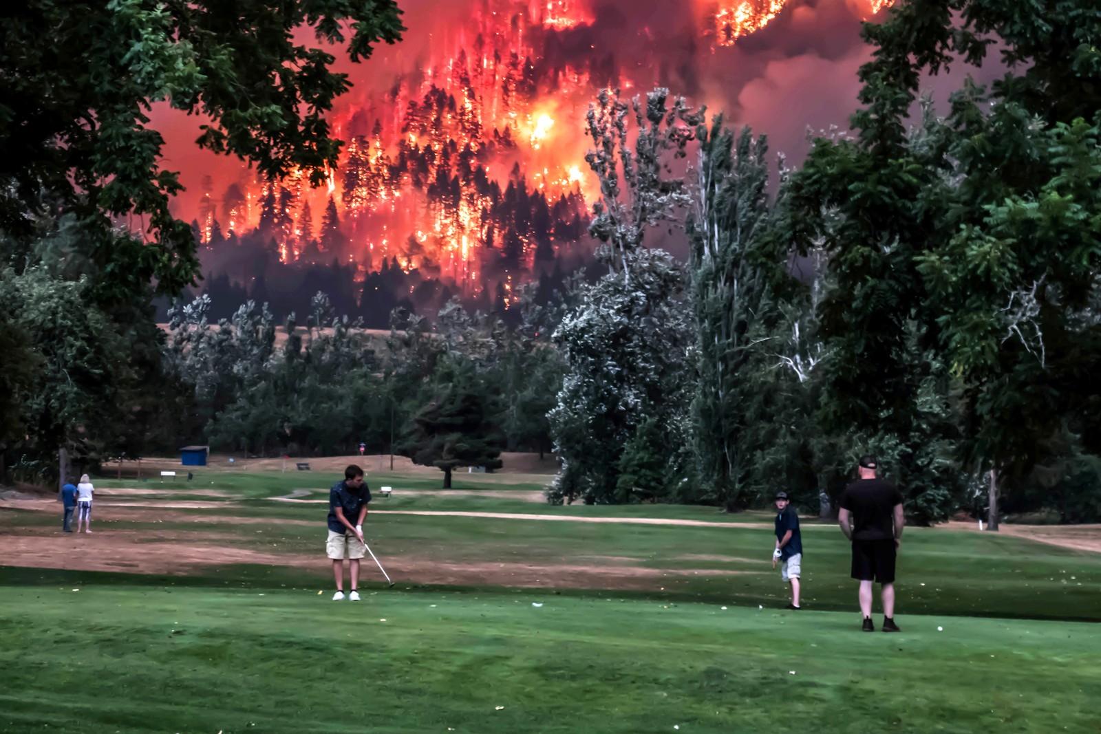 Det er ikke et handicap å være god til å konsentrere seg under slike omstendigheter. Golfbanen ligger i North Bonneville i Washington i USA.