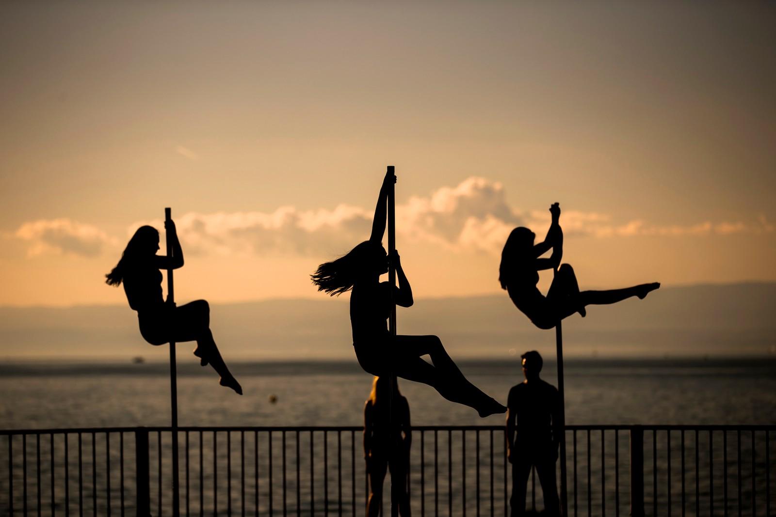 Men disse kvinnene danser. På påler ved Genèvesjøen i Montreux i Sveits.