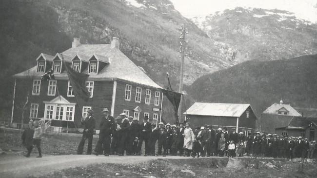 1. mai-toget i Høyanger i 1920. Ukjend fotograf.
