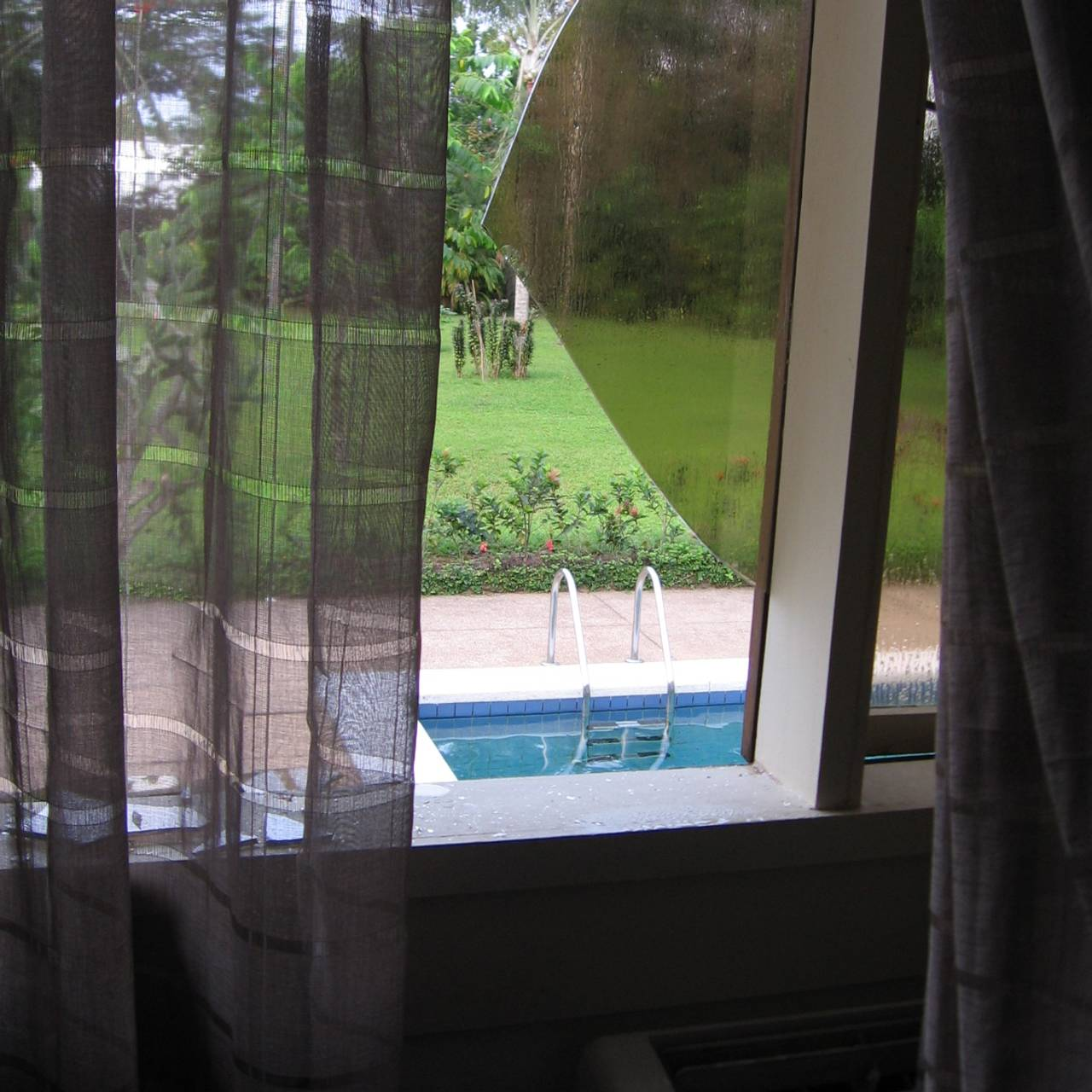 Knust vindu i residensen i Elfenbenskysten