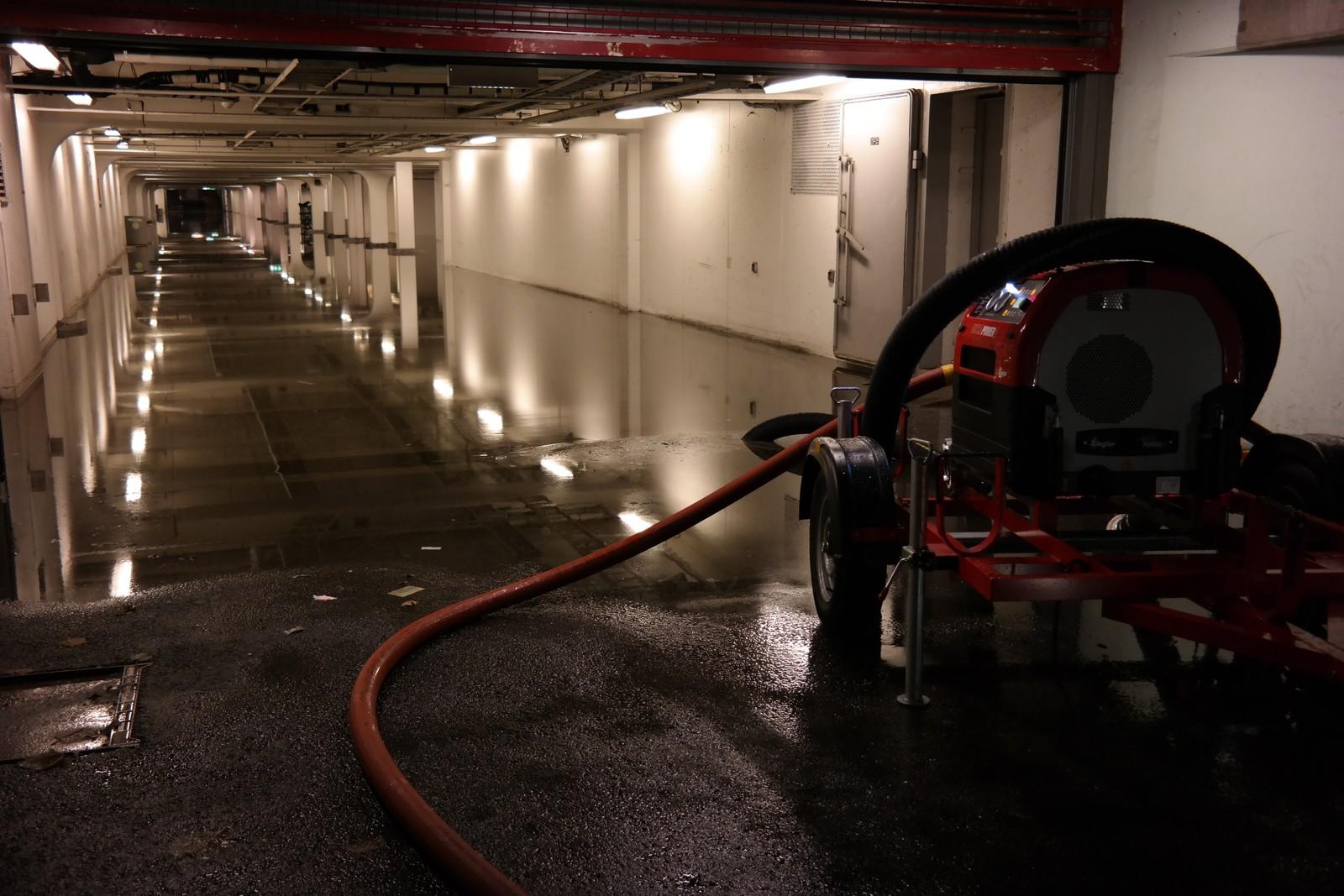 Dette synet møtte tilsette ved Åsane senter i dag tidleg. 15 centimeter med vatn over heile parkeringsanlegget under gamle Arken.