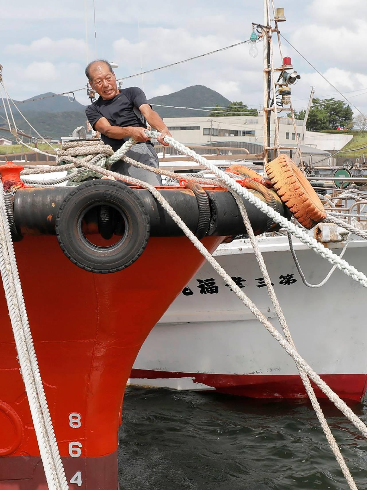 mann fester båten sin