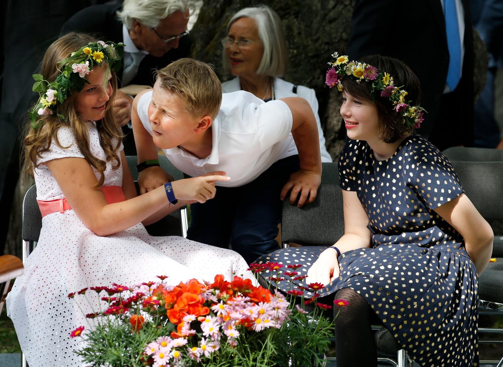 Prinsesse Ingrid Alexandra (t.v.), prins Sverre Magnus og Maud Angelica i hageselskapet i Stiftsgården i Trondheim i forbindelse kongeparet 25 år som kongepar.