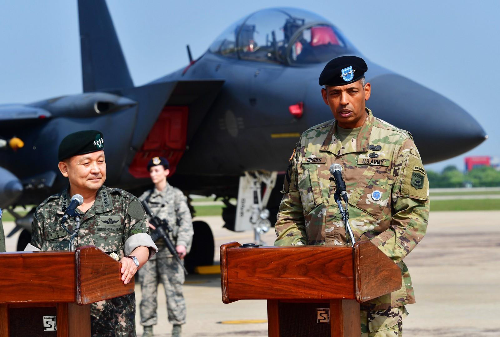 Den amerikanske generalen Vincent K. Brooks (til høyre) holdte et pressemøte etter flyenes ankomst.