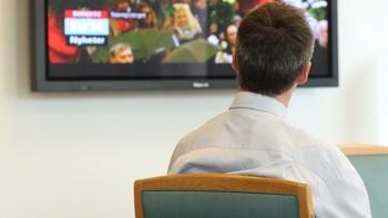 Statsminister Jens Stoltenberg følger med på sendingen fra Youngstorget