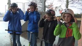 Elever har på seg hørselvern fordi de ikke får lov til å bruke skateparken.