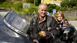 Sophies morfar kjører motorsykkel