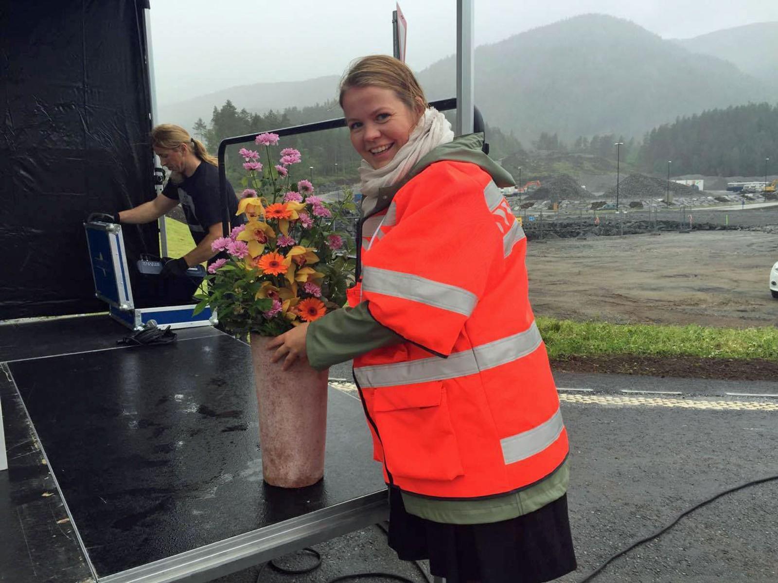 Heidi Ravnestad i Statens vegvesen sørgar for at alt er klar til den store opninga.