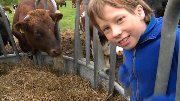 Mikkel Aleksander er veldig glad i dyr. Familien har gård og Mikkel Aleksander pleier å hjelpe til. De har nyfødte kalver og kopplam, som han må mate.