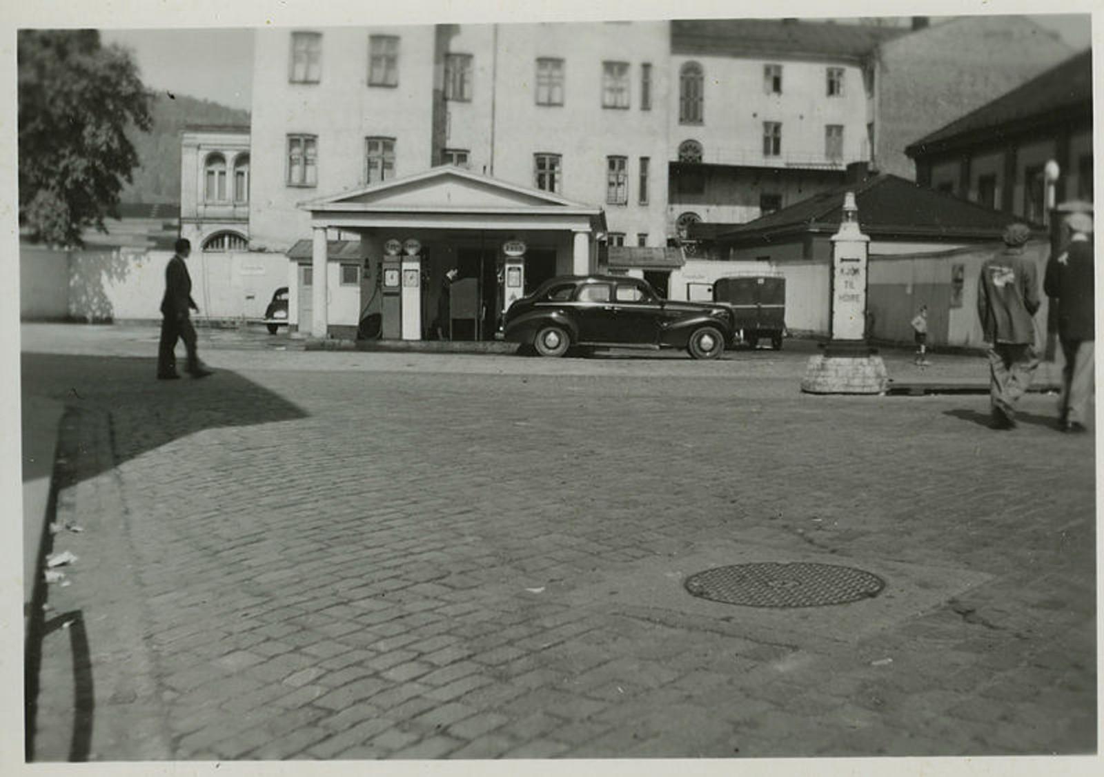 Bildet viser en bensinstasjon i Drammen. Også her er både årstall og fotograf ukjent.