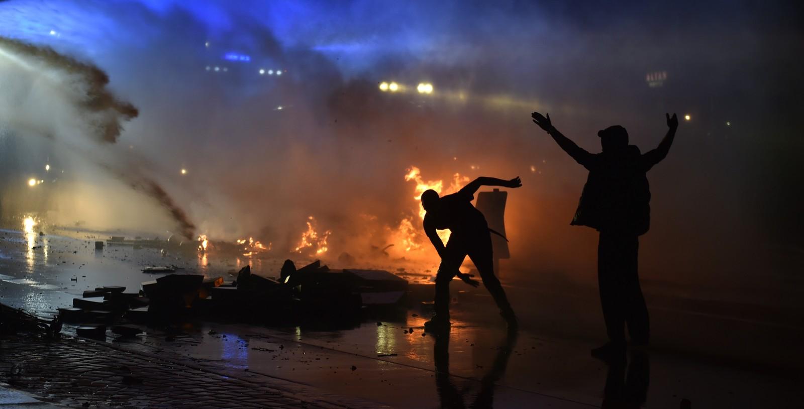 Opprørspoliti brukte vannkanon mot demonstranter.