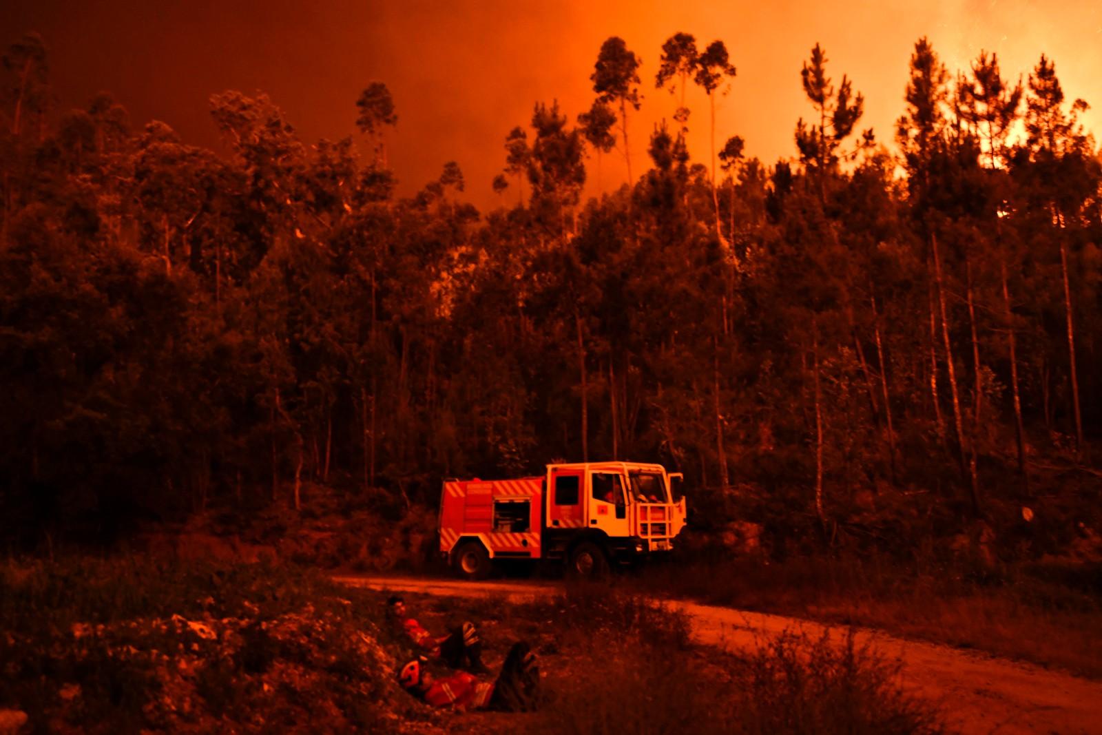 Flere hundre brannfolk er satt inn i arbeidet.