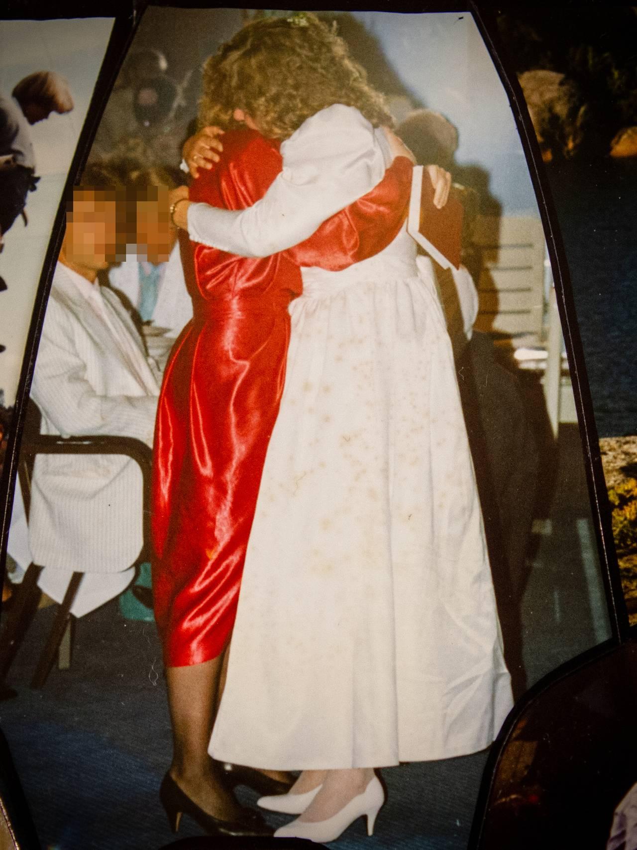 Brud klemmer gjest i bryllup.